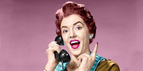 mujer-con-telefono-1514974158