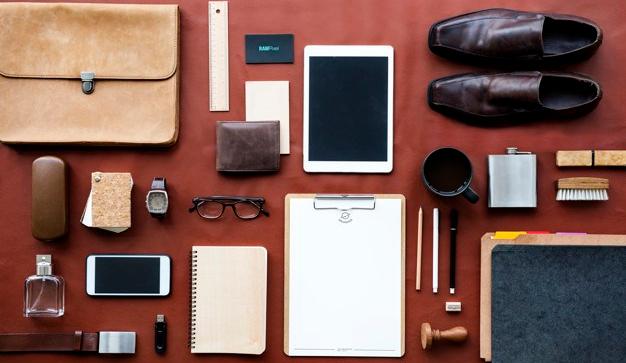 masculino-organizado-sobre-escritorio_53876-47982.jpg